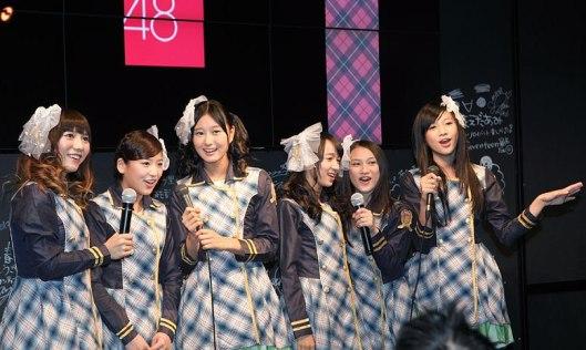 Keenam-member-JKT48-menyanyikan-Heavy-Rotation-dalam-Bahasa-Indonesia
